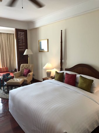 Sofitel Angkor Phokeethra Golf and Spa Resort: Huge King size bed