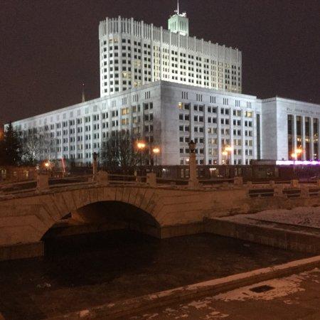 Monument to Heroes-Combatants: Горбатый мост и Дом правительства РФ (Белый дом)