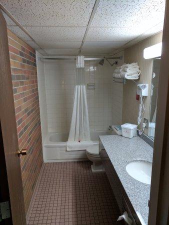 Ramada by Wyndham Lethbridge: large bathroom