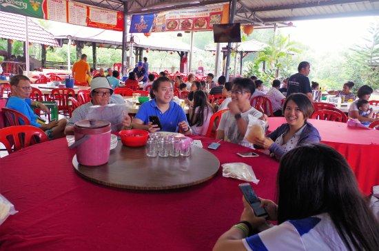 sg Janggut restaurant: Table seatings inside the restaurant
