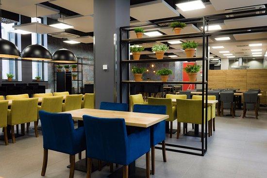 Meet&Eat Pegaz: Nowoczesne wnętrza restauracji tworzą wyjątkową atmosferę.