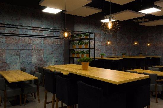 Meet&Eat Pegaz: Przestronne wnętrza i nowoczesny dizajn tworzą atmosferę restauracji.