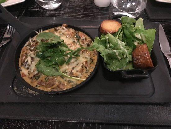 Labourdonnais Waterfront Hotel: Mélange de champignons, pommes de terre, salade