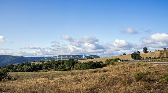 Millau Viaduct: уезжаем - вид от кольцевой развязки на Route des Aumieres