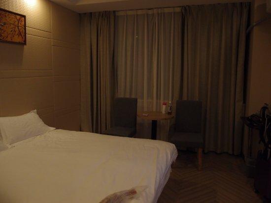 Nanyuan E Home Hotel Ningbo Railway Station North Square: 房間燈光不足