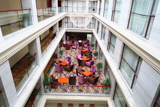 Yangshuo Elite Garden Hotel: One more view of the atrium