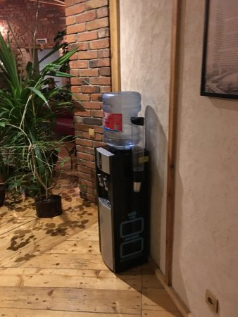 Hotel Maroseyka 2/15: Water station with hot/cold water at living area just outside of rooms (3rd floor)