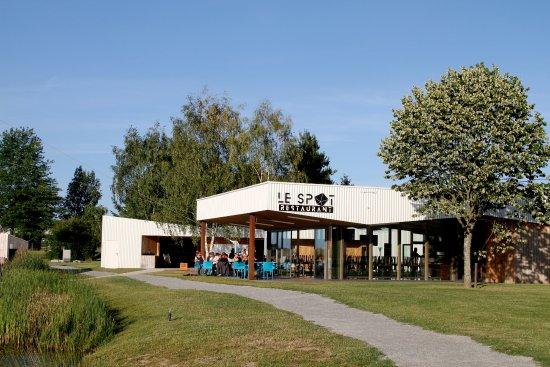 Le Spot: Un restaurant dans un cadre verdoyant avec vue sur le plan d'eau