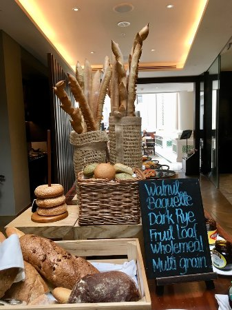 Ash & Elm: 餐廳入口就有一堆麵包等著你