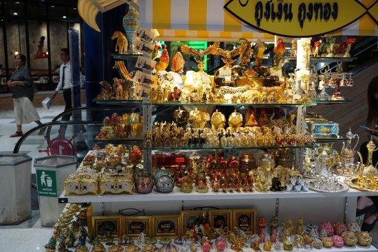 CentralMarina: shops inside mall