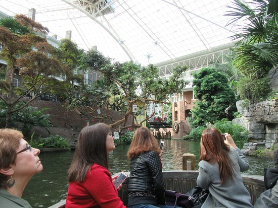Gaylord Opryland Resort & Convention Center: River cruise inside hotel