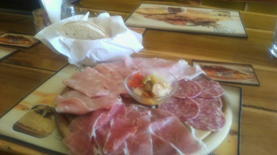 Mister Polenta Italian Restaurant: Platter of cold cuts with home made bread