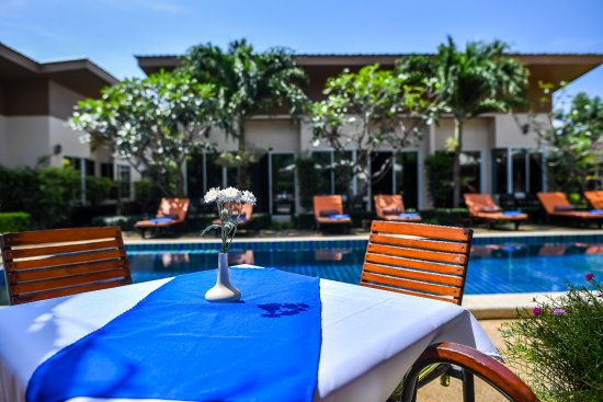 Cascades Boutique Resort: Poolside Dining