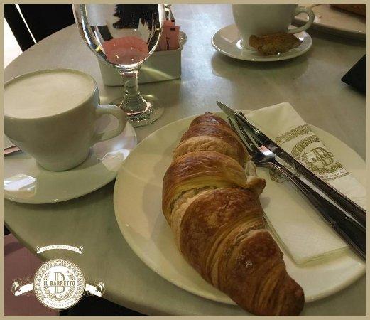 il Barretto River West: Coffee and croissant