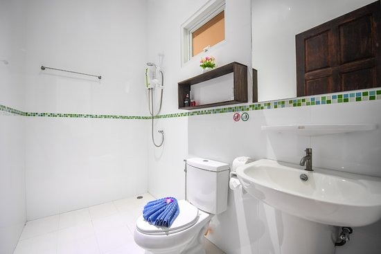 Cascades Boutique Resort: Clean Bathrooms with Toiletries