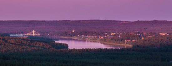 Pajala, السويد: Pajala by Torne River with the characteristic bridge and church tower. Photo: Linnea Isaksson