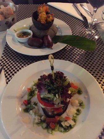 Les Mets des Saintes: assiette créole acras de morue et boudin noir et millefeuilles aux légumes provençaux et mozzare