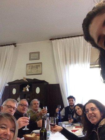 La Bazzola: Selfie della tavolata da altra angolazione