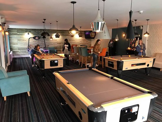 The Waterfront Inn Bar & Restaurant: Pool tables in the games room