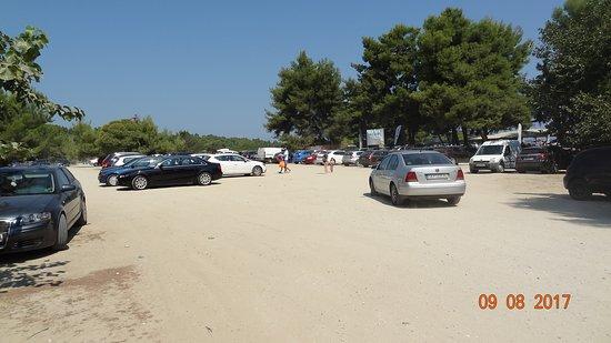 Chrousso Village Hotel: Parkplatz vor dem Strand