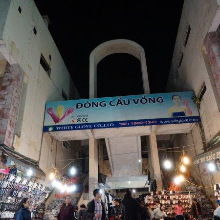 HOTEL du PARC HANOI: 旧市街地の夜市は明るく活気が有って素敵でした。 洋服はブテックより安いです。