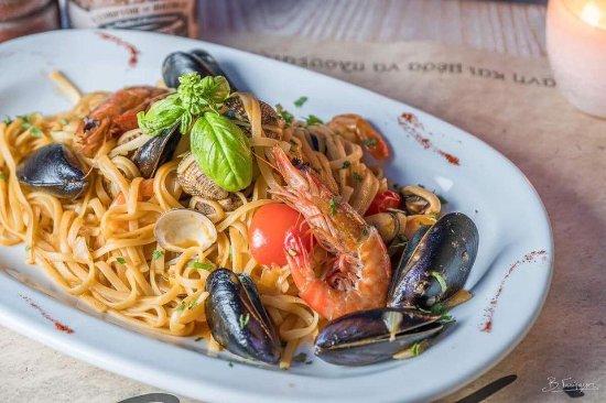 Alati Seafood & More: Λιγκουινι με μυδια ,κυδωνια,γαριδεσ και ντοματινια.....