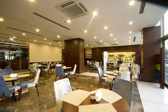 Basaran Business Hotel: Benefşe pastanesi