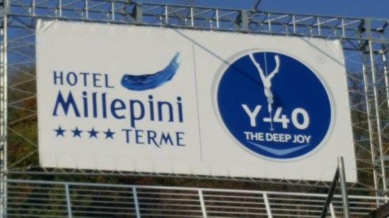 Y-40 The Deep Joy: Hotel naast het zwembad