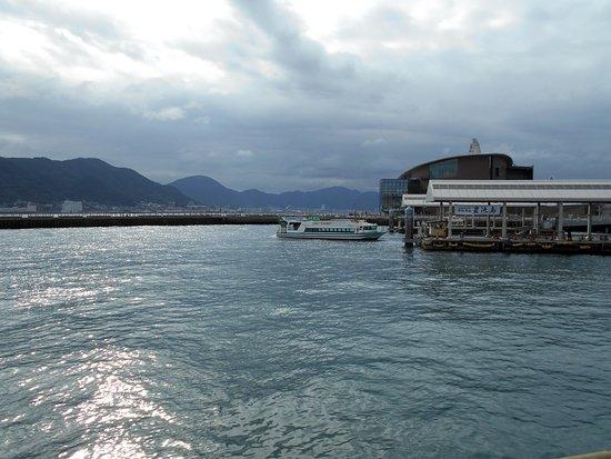 Karato Terminal: 唐戸桟橋から出港した連絡船(後進中)