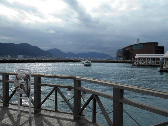 Karato Terminal: 唐戸桟橋から出港した連絡船(後進から前進に転換中)