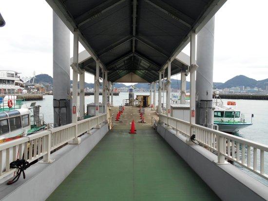 Karato Terminal: 桟橋の上から眺めた連絡船&関門海峡(遠景は門司港)