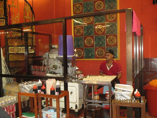 fabrication des rice balls picture of famosa chicken rice ball restaurant melaka tripadvisor. Black Bedroom Furniture Sets. Home Design Ideas