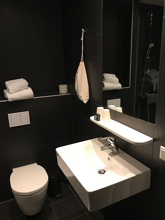 The Student Hotel Amsterdam City: Bathroom in L-Suite