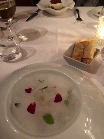 Forn de Sant Joan: Burrata med pistage, säsongens tomater och yuzu skum