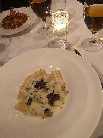 Forn de Sant Joan: Rigatoni med karamelliserad lök, mozzarella och tryffelkräm