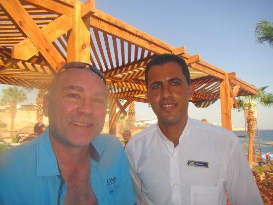 The Royal Savoy Sharm El Sheikh: Sammen med Bassem, én af de mange uovertrufne tjenere på strandbaren.