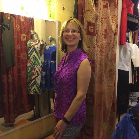 Gia Huy Silk Tailor Shop: Nice smile.