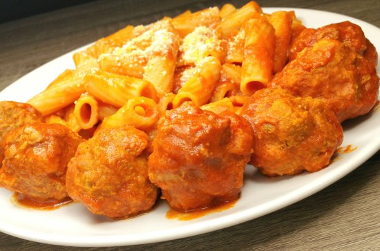 DD Fusion Food & Homestay: (italian food 02) - Beef meatballs with tomato sauce and pasta