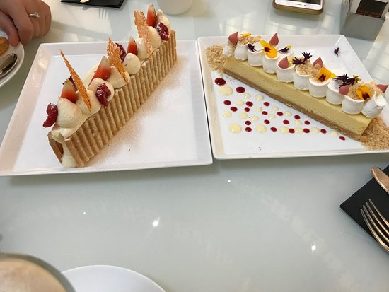 Emporio Armani Cafe: Great food and beautiful presentation, the Cheese cake (right) was outstanding