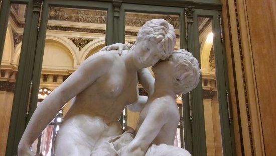 Teatro Colon: Escultura el secreto de la madre y su hijo