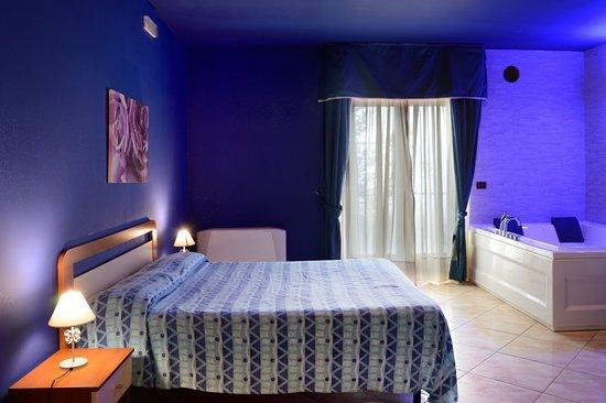 Royal Hotel Montevergine: Camera suite con idromassaggio e doccia/sauna