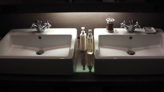Kafuu Resort Fuchaku Condo Hotel: 洗面台2つ 立派である 水が跳ね返らない設計 蛇口が左右 湯水 片手では不便