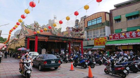 Tiantan Tiangong Temple: 提灯とバイクがいっぱい
