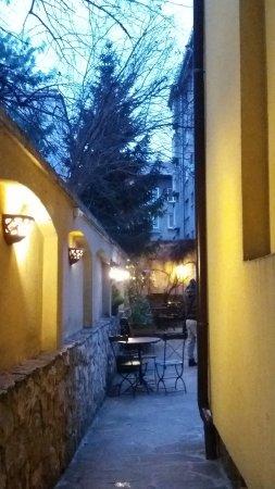 Villa Rosiche: la stradina che conduce al cortiletto