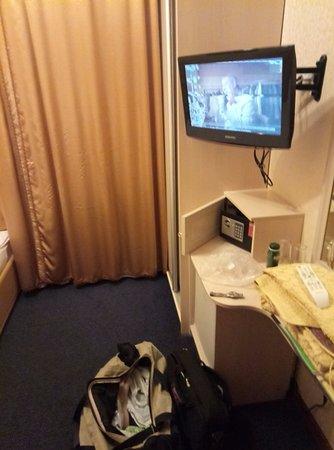 Yekaterina Hotel: ТВ так сяк, поред сном на 10 минут