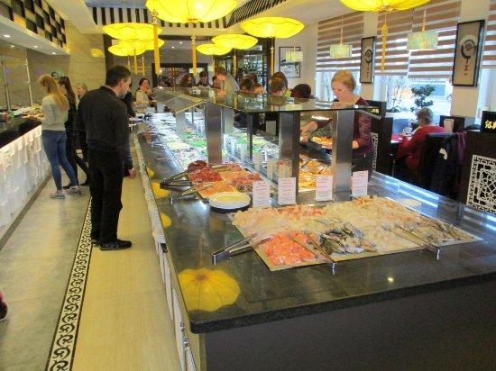 Asia Restaurant Mongolei: links en voor buffet verse produkten, rechts bereide produkten