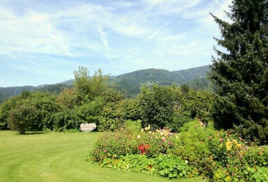 Hotel-Restaurant Bruecklwirt: Spaziergänge oder einfach relaxen - unser Park ist ideal zum entschleunigen