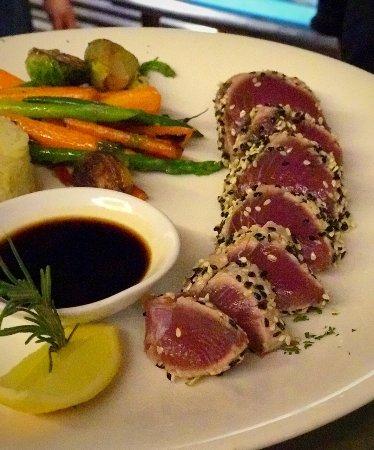 Bajo La Luna Restaurant: Seared Ahi
