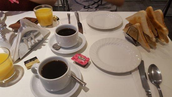 Garden Court Hotel: Desayuno continental suficiente - Hay más para escoger en un mostrador auxiliar