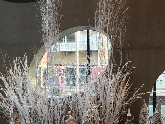 Hilton London Wembley: Christmas display in the foyer